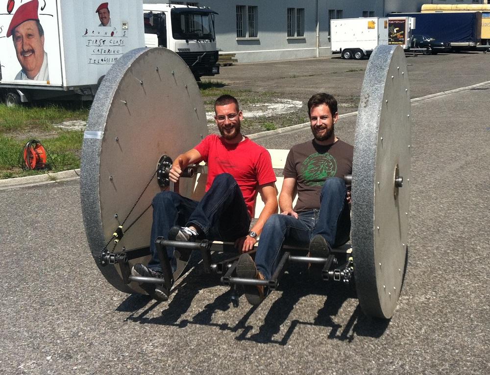 """Yves Ducommun und Lukas Gossweiler auf ihrem """"FunBike"""", das sie am 16. Juni durch Winterthur steuern."""