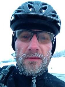 Es ist kalt. ;-) Veloplus-Verkaufsmitarbeiter Jürg Bauert auf dem Heimweg.