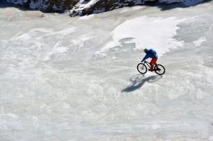 Claude Balsiger unterwegs auf dem gefrorenen Fluss.