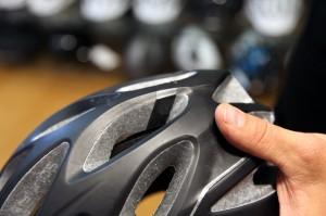Im Helm hält Isolierband den kleinen Magneten am richtigen Ort.