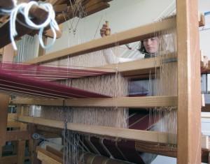 In Handarbeit stellt Katja Schäle und Decken her.