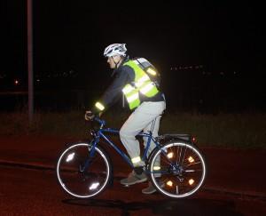 Kurztest mit unserem Beleuchtungsexperten Sämi Menzi: Reflektoren helfen einem Autofahrer ungemein.