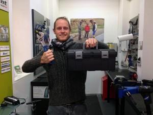 Matt mit dem brandneuen Werkzeugkoffer für die Deghri-Werkstatt.