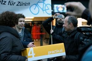 Ruth Genner (links) und Richard Wulff nehmen die Unterschriften von Tobias Zehnder entgegen.