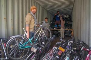 Tim Basler bei der Containerbeladung. In diesen Wochen ist er mit dem Aufbau der Werkstatt beschäftigt.