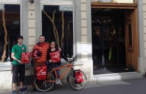 Natalie und Piotr nehmen von Simon (Veloplus Zürich) die Taschen entgegen.