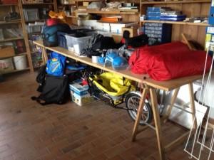 Das Materiallagern der Andermatts: «Hinten sind die zwei blauen Velosaccochen, an denen ich besonders hänge, weil sie meine Schwester selber entworfen genäht hat. Wir –vier Girls – fuhren mit 17 Jahren von Montlingen nach Lausanne und wieder zurück. Und das mit diesen Saccochen.» (Lucia Andermatt)